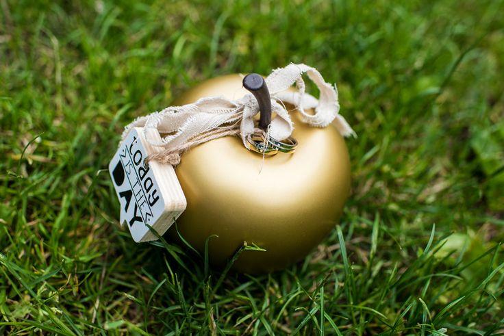 origineel ringkussen gouden appel met ringen trouwringen