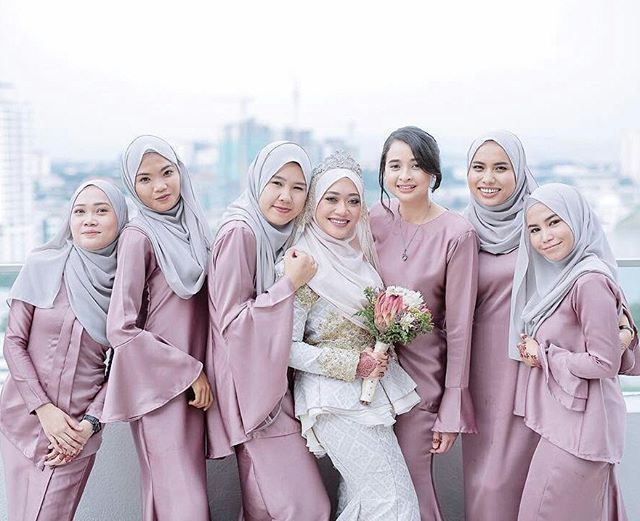 Lovely photo of a Malaysian bride and bridesmaids, by @photobyarif ♥♥♥ . . . #malaywedding #malayweddingguide #malayweddingphotographer #malayweddings #kahwin #pakejkahwin #jurugambar #jurugambarperkahwinan #perkahwinan #pakejperkahwinan #pakejmurah #prewedding #preweddingphoto #postwedding #muslimweddingideas #lightlovapictures #singaporewedding #photooftheday #bruneiwedding  #sayajual