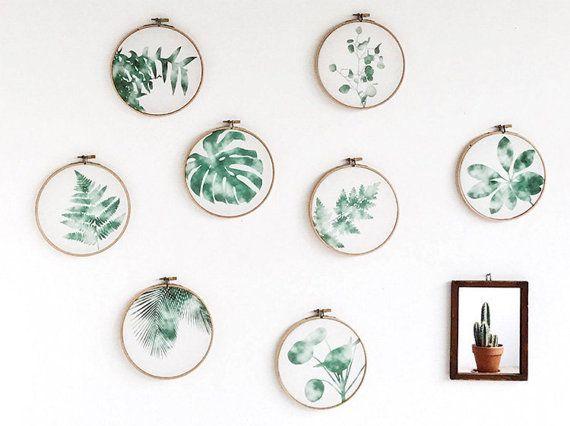 Stickrahmen-Bild mit Farn – ein Urban Jungle für die Wand.  Grüne Pflanzenbilder arrangiert wie ein hängender Garten oder als solitärer Eye-Catcher auf einer Wandfläche. Zu finden auf Etsy.