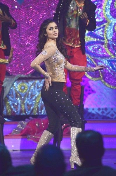 Alia Bhatt performs at the International Indian Achievers Award 2014 (July)