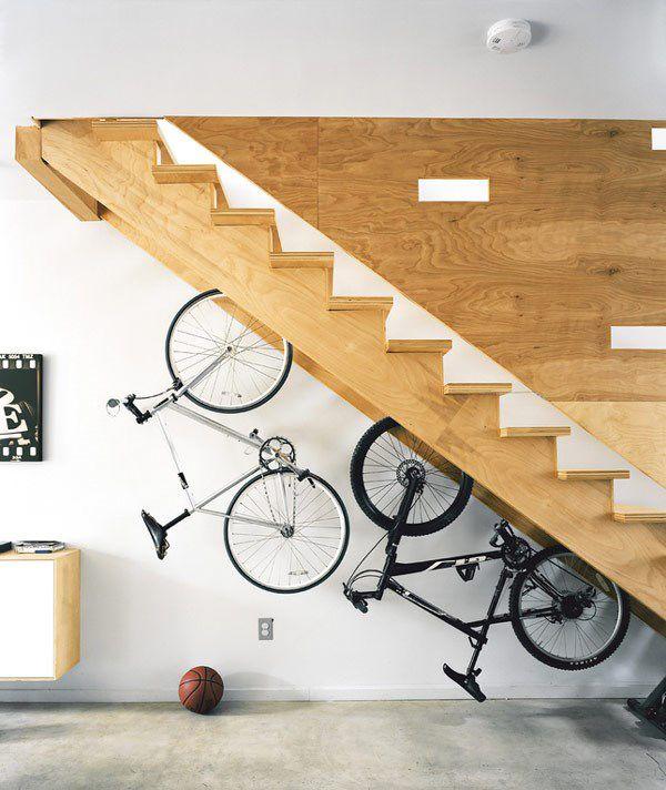 Świetny pomysł na przechowywanie rowerów. Oszczędność miejsca i interesujący efekt wizualny ;)