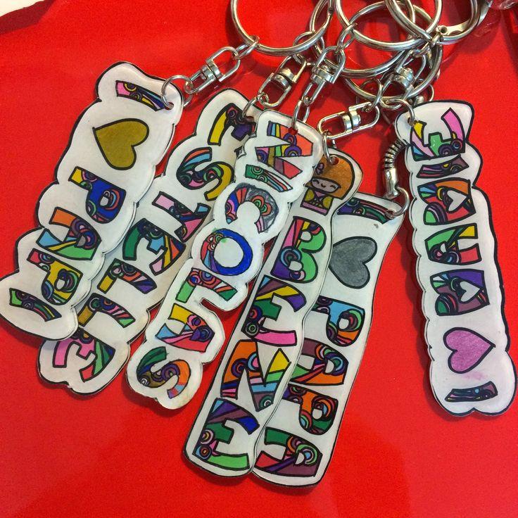 Pendant les vacances des enfants il faut bien les occuper!!! Alors nous avons fait de jolies porte clefs en plastique fou ... Qu'en pensez...