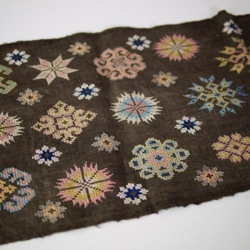 モン族刺繍ヘンプテーブルランナー 黒檀染め   タイ工藝ムラカ