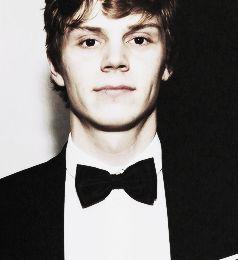 Evan peters is so hot!!
