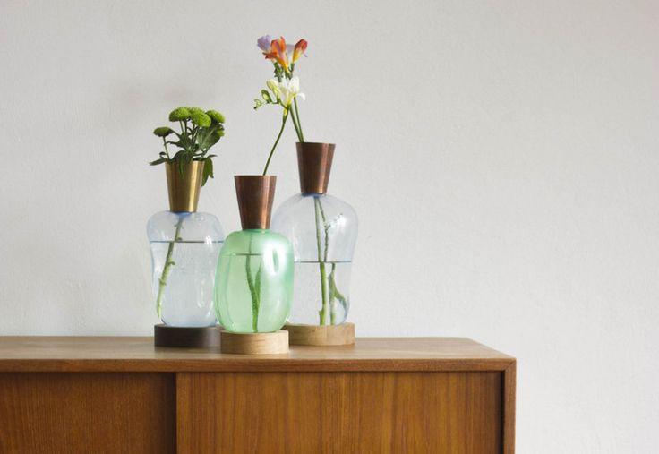 """Categoria Professionisti, menzione speciale: """"Blow Vases"""", di Johan Der Kinderen. Assolutamente aggiornato rispetto alle tendenze dell'auto-produzione, così come rispetto ad un'estetica contemporanea del """"provvisorio"""", il progetto """"Blow Vases"""" propone la realizzazione di vasi-bottiglia in PET che troveranno poi un prezioso completamento con un colletto in rame e una base in legno."""