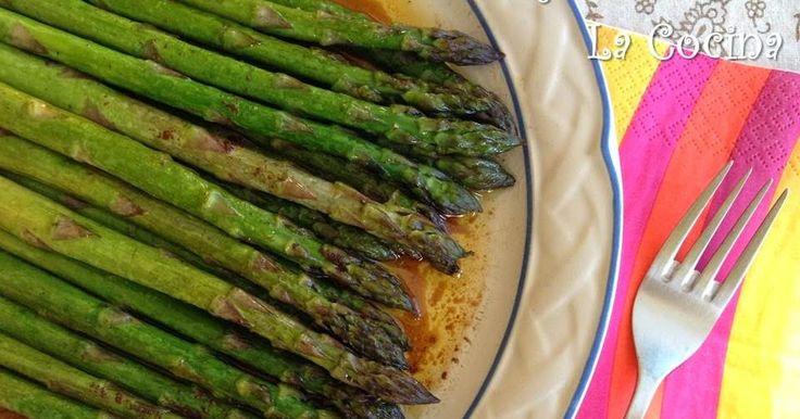 Twittear      ¿Alguien pensaba que comer verdura es aburrido? ¡Estos espárragos asados al horno acompañados de la sal...