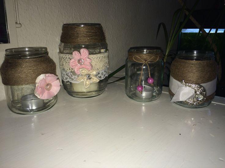 Lysestager af marmeladeglas, pyntet med sejlgarn, blonde og hjemmelave blomster.