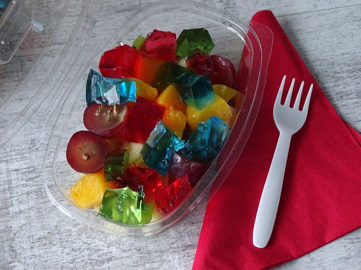 Sałatka owocowa z kolorowymi galaretkami