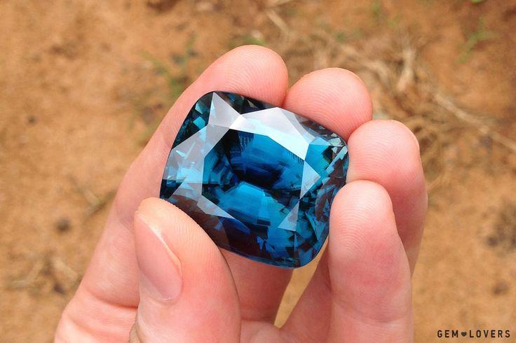 Но, тем не менее, хорошо огранённые камни здесь тоже иногда можно найти. Например, вот этот шикарный 151-каратный циркон. Возможно, что это самый крупный огранённый голубой циркон в мире. Превосходное качество камня. #blue #zircon #big #gem #gemstone #exceptional