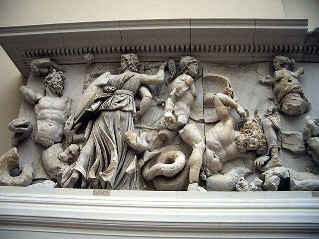 Firomaco e collaboratori: Oto e Artemide, fregio est. Particolare della Gigantomachia Altare di Pergamo.