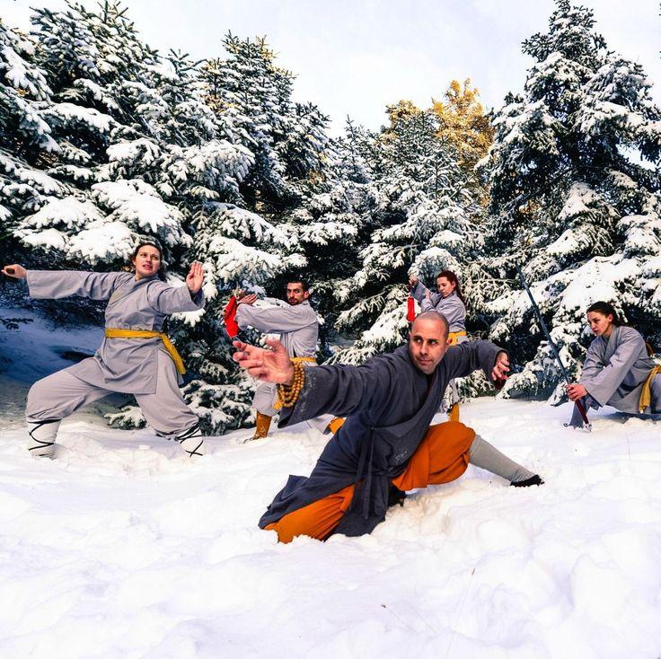 Πολεμιστές της σχολής Shaolin Temple Greece 希腊少林寺 ποζάρουν για δύο διεθνή projects.