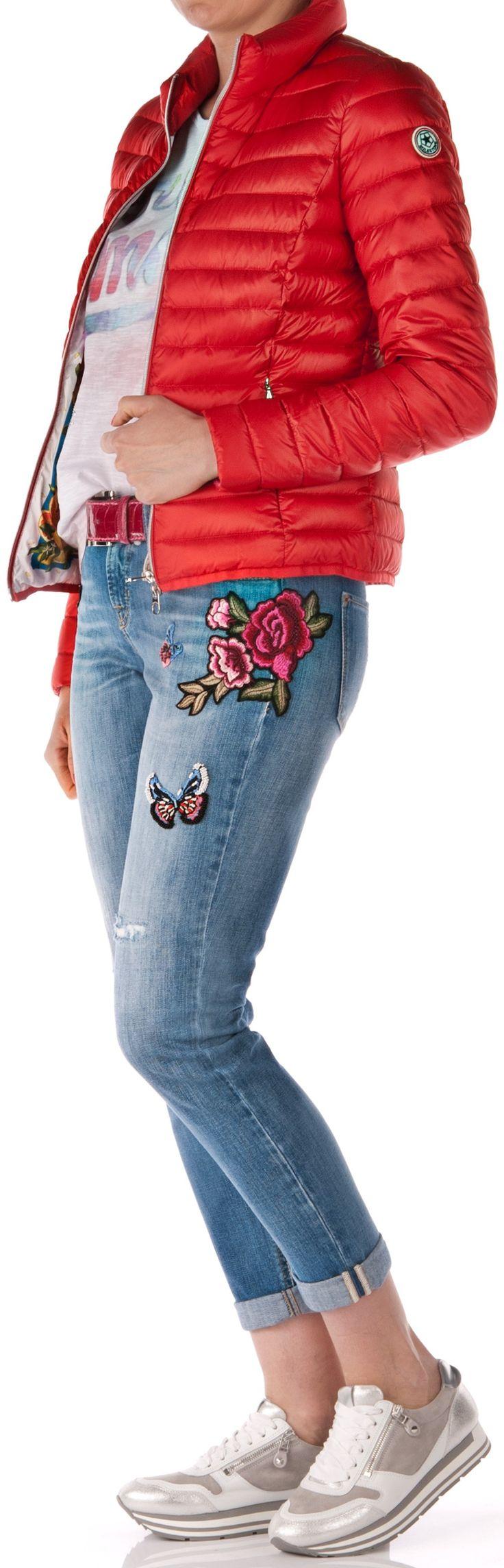 Jeans von Cambio Artikel Nr.: E8086 Modell: Laurie Schnitt: schmal, 7/8 Farbe: blau Nähte: blau Auswaschung: stark Applikation: Blumen-Patches, Perlenbesatz Destroyed: Verletzungen Hosenbein kann gekrempelt werden Gürtel...