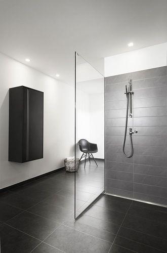 Danske Unidrain, med speciale i gulvafløb til brusebadet, har i samarbejde med arkitekt Christian Bjørn skabt GlassLine, som er en ny linje af brusedøre og vægge med et enkelt og luftigt udtryk. Dørene fås i fire forskellige design, her d 100 x h 210 cm, 12.475 kr., gulvafløbet langs væggen fås fra 5299 kr., Unidrain.