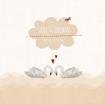Romantische #trouwkaart met zwanen. De tekst voor de trouwkaart kun je natuurlijk zelf aanpassen. Saar & Thomas | Zwaantjes