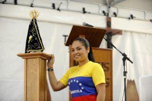 Estefani Lescano bij een beeldje van de Braziliaanse schutspatroon Virgen de Aparecida