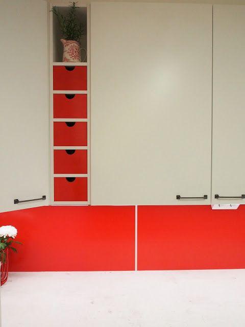 Peggyn pieni punainen keittiö sai uuden ilmeen keittiöremontin myötä.