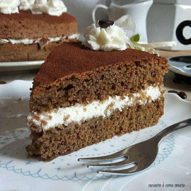 La torta al caffè delicata e buonissima, è una torta molto semplice da fare e dal sapore unico. Realizzata con una torta sofficissima e umidissima.