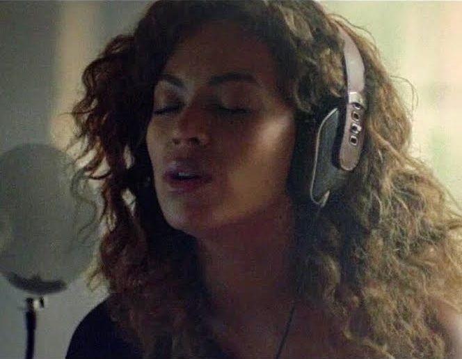 """Beyoncé e le cuffie Pryma in Lemonade - Beyoncé ha scelto lo stile di carbonio Marsala di Pryma per il debutto del suo sesto album, """"Lemonade"""", che è un mix di nuove canzoni che parlano d'amore, di tradimento, di rispetto e di emancipazione delle donne. - Read full story here: http://www.fashiontimes.it/2016/05/beyonce-cuffie-pryma-lemonade/"""