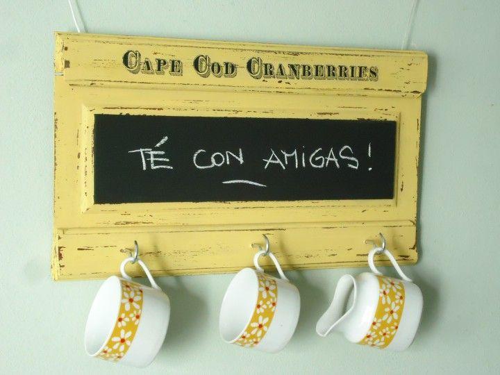 Porta tazas con pizarra Pintada en amarillo y decapada Lista para colgar !! Medidas 46 x 27 cm UNICA DISPONIBLE Hago envios