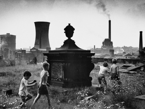 © Shirley Baker Playing in the Graveyard - Stockport, 1967