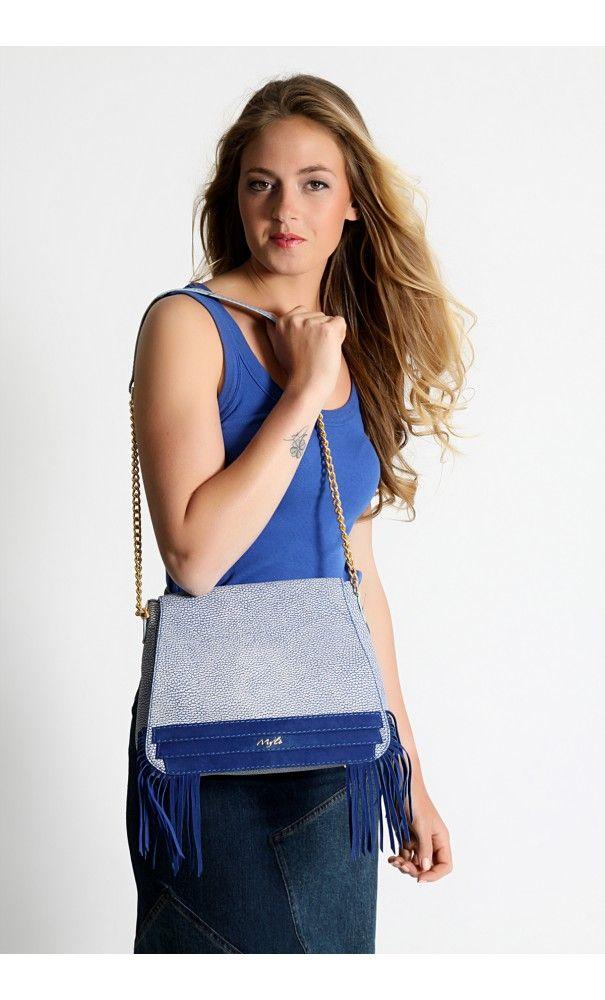 My'lé Besace Emilia Bleu roy :   Toujours aussi tendance, le sac à frange fait bien sûr partie de la marque My'lé. Cette besace Emilia, se portera aussi bien à l'épaule qu'en bandoulière.  #besace #my'lé #mode #bleu #bleurory #bandoulière #sac #frange #chaine #myle #tendance #été #2016 #myle-mode #cuir #nubuck #parfaite #style  à retrouver sur : www.myle-mode.com