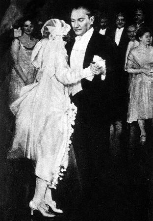 Ataturk dans ederken (Atatürk manevi kızı Nebile'nin Ankara Palas'ta yapılan düğün töreninde.
