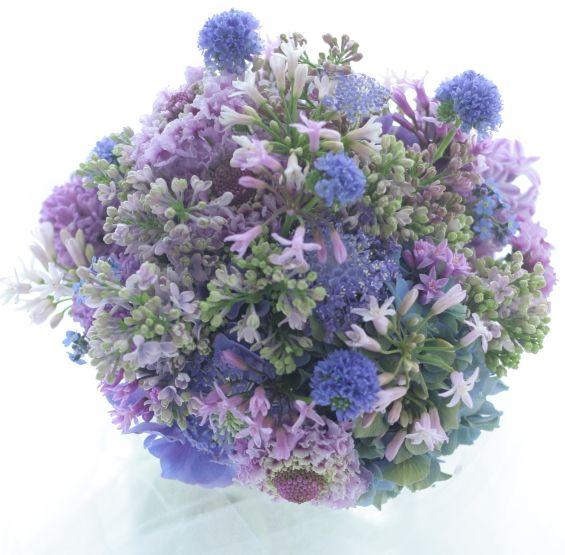 紫のブーケ。ライラックやヒヤシンス、スカビオサなどつぶつぶしゅわしゅわした花だけで作っています。つぶつぶした花だけで形作る、自分の好きなブーケのスタイルの...