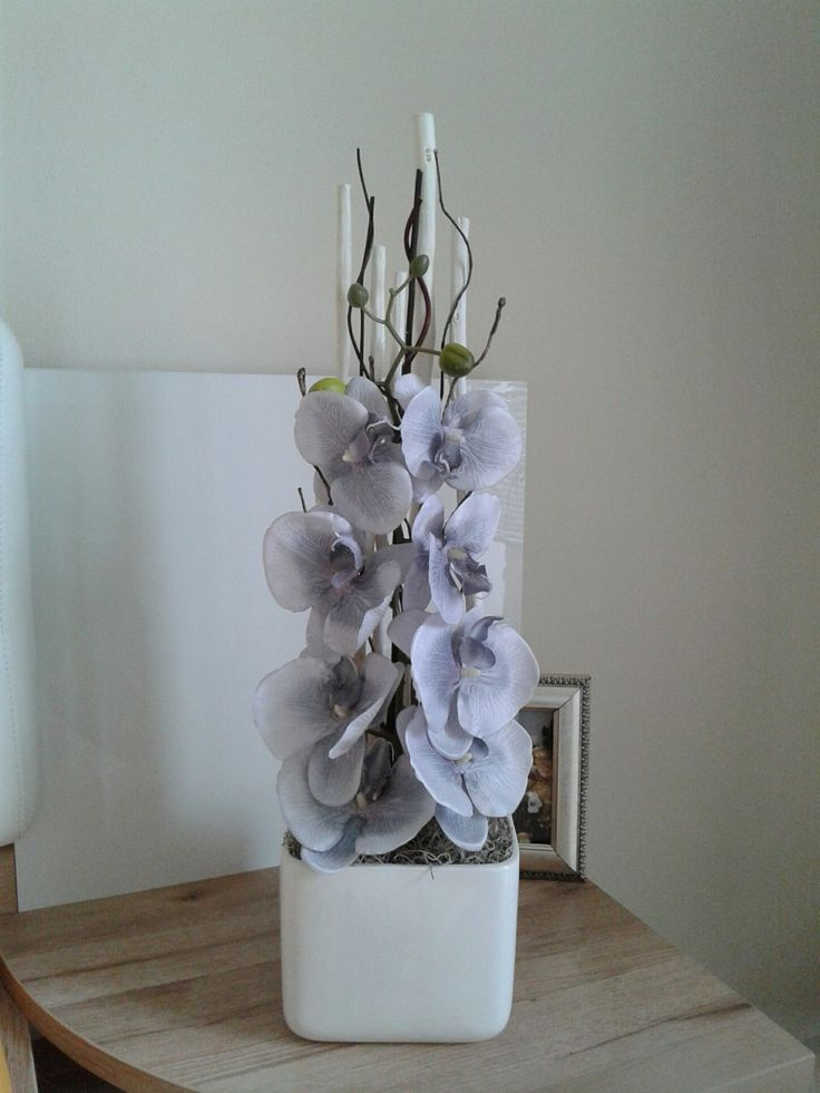 Moderní+dekorace+s+orchidejí+Celoroční+dekorace+s+orchidejí+v+keramické+kostce.+Výška+dekorace+60cm,délká+16cm,šířka+16cm.