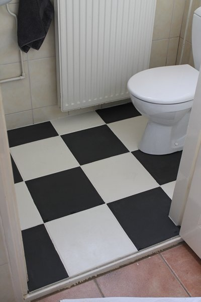 Toilet vloer geschilderd met de krijtverf  van  Annie Sloan.