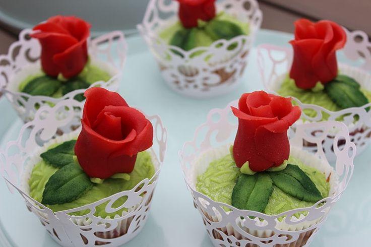 Sallys Blog - Marzipan-Kirsch-Muffins mit Marzipan-Rosen