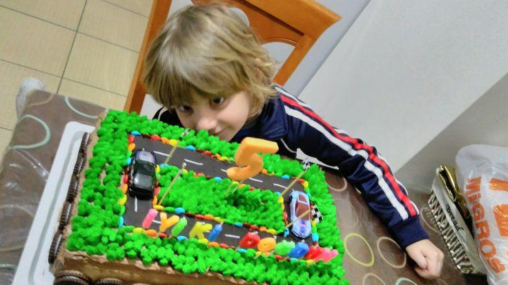 Kayram 5 yaşında pastamizi yapina büyük emek harcayan pınar özen ablamıza çok teşekkürler