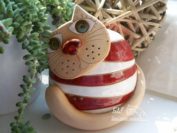 zvonek kočka Široká Keramický ručně modelovaný zvonek,glazovaný barvami s efekty.Stylový zvonek pro každou příležitost. výška...13cm šířka....11cm