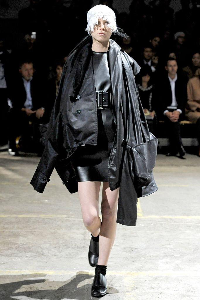 Comme des Garçons - Spring 2011 Ready-to-Wear - Look 2 of 40