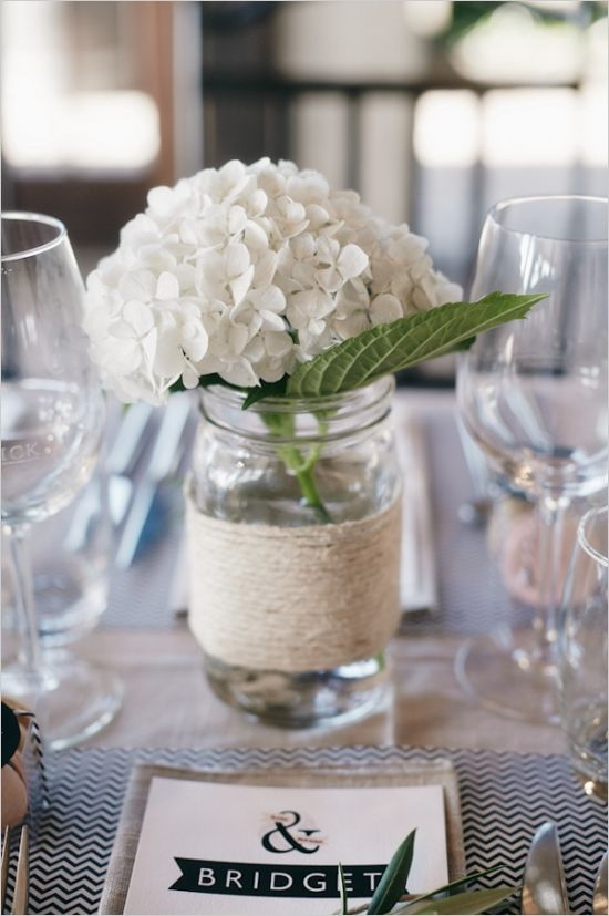 Tolle Deko-Idee: Weckglas mit Bastschnur umwickeln und mit Hortensienblüten füllen - sorgt im Handumdrehen für Shabby Chic Flair.