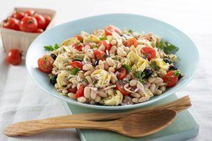 Salade de haricots à la méditerranéenne--------------------Il vous faut une salade qui se cuisine à l'avance en prévision d'une réception? Voici une recette qui mérite votre attention. Incorporez le fromage à la dernière minute, et profitez du temps gagné pour causer avec vos invités!