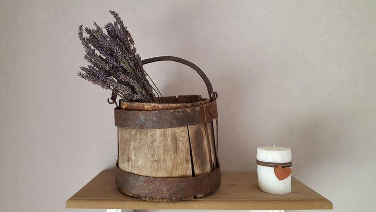 Oude wateremmer met lavendel
