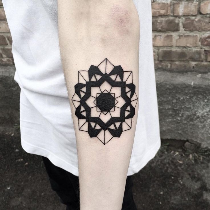Artiste tatoueur ukrainien basé à Kiev, Evgeniy Tkachenko est un passionné de formes abstraites, de géométrie, d'animaux et d'insectes. Ses tatouages sont donc un concentré de tout ça et le moins qu'on puisse dire c'est que le rendu est graphique et visuel !  Petit ou grand, composé de simples lignes ou orné d'aplats de noir, chacune de ses créations habille avec brio la peau de ses clients. Les tatouages sont bien proportionnés et malgré des dessins aux thématiques variées, on retrouve...