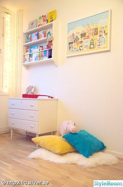 tallrikshylla,bokhylla,affisch,maileggris,kuddar,byrå,barnrum