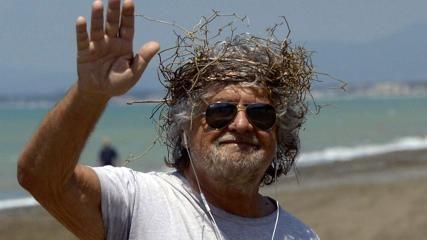 Show di Grillo in spiaggia con una corona di spine
