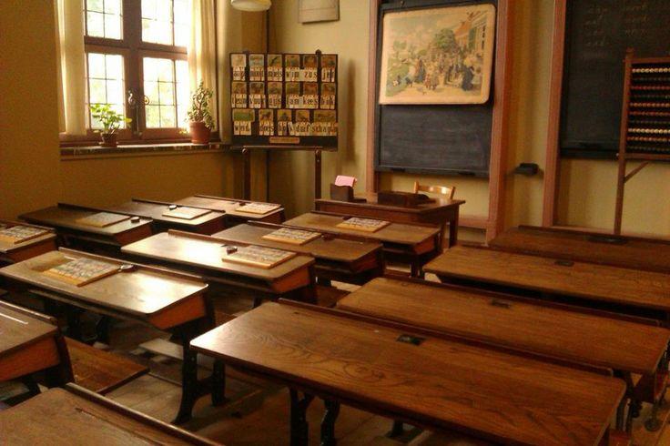 De school van vroeger. Zo zag mijn klas in Pernis er ongeveer uit, maar donkerder en zo'n grote potkachel vlak bij het raam.