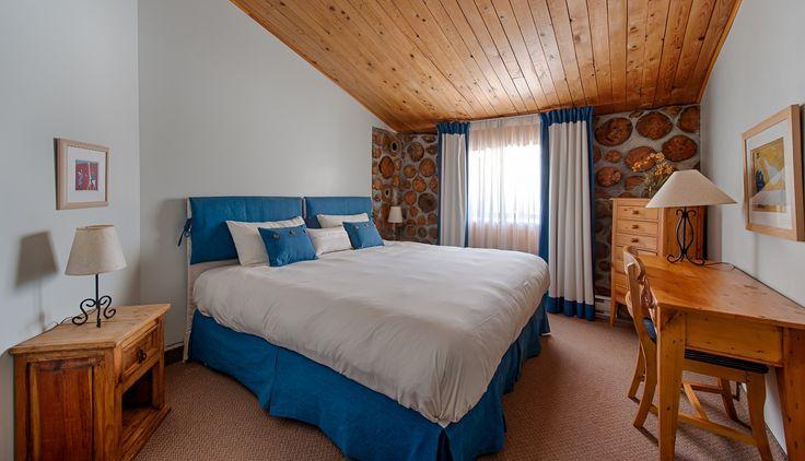#17 Pavillon Bois Cordé --- Regular room. Country style. Full bath. 1 king size bed or 2 single size beds. --- Chambre régulière. De style rustique avec salle de bain complète. 1 lit king ou 2 lits simples.