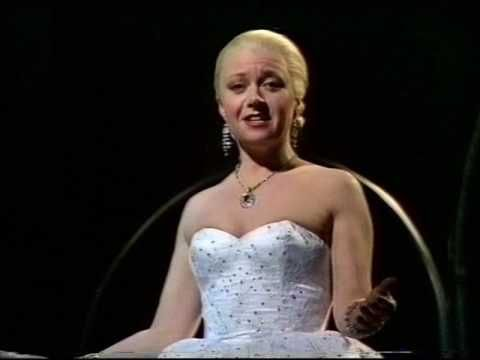 Elaine Paige - Don't Cry For Me Argentina - YouTube