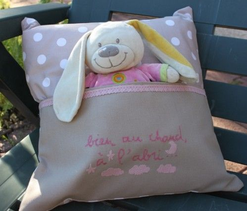 Mon coussin range-doudou a eu du succès... modèle Picoti-Picota brodé en rose pour Charlotte Le modèle fille a été remarqué et on m'a demandé de faire un modèle garçon... Les petits pois, c'est pour les princesses ! Pour les garçons, il y a les carreaux...
