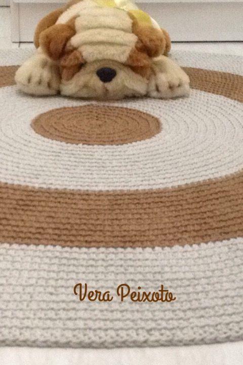 Lindo tapete de crochê nas cores caramelo e cáqui. Este foi feito para quarto de bebê, mas fica lindo e aconchegante em outros ambientes também, quartos, sala,escritório etc #tapetedecroche #tapetequartodebebe #tapetedebebe
