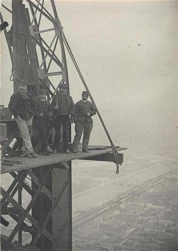 Ouvriers sur l'échafaudage d'une poutre en arc du « Campanile » – 1888 – ©ADAGP ouvriers-eiffel