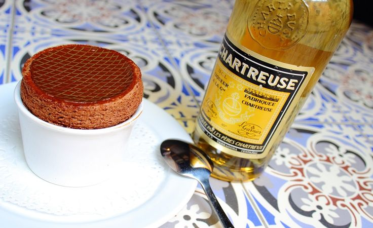 Soufflé au chocolat 76% et glace à la #chartreuse avec une belle liqueur jaune de Tarragone ancienne sur la photo