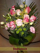 Buchet din trandafiri roz decorat cu lisianthus alb si roz | Livrare flori in Vaslui