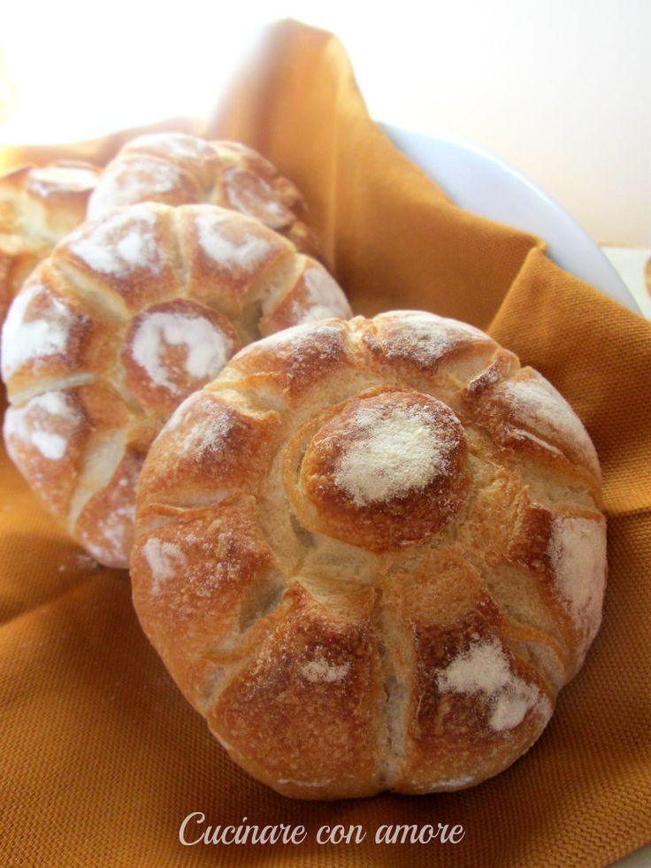 oggi vi presento le rosette soffiate con lievito madre, sono dei panini dalla crosta croccante e all'interno sono vuoti e soffici