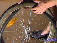 Technique de montage d'un pneu de vélo