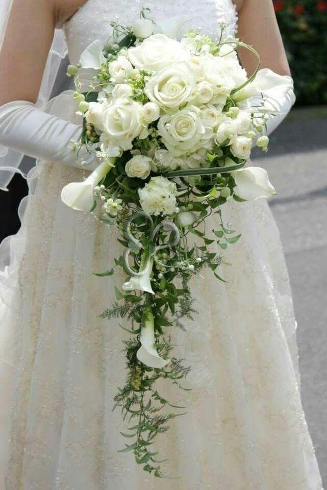 Elegantissimo ed esclusivo bouquet a cascata di rose, calle e ranuncoli per una sposa i protagonista del wedding day